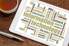 Nuvola di parola di tecnologia dell'informazione sulla compressa Fotografia Stock Libera da Diritti