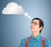 Nuvola di pensiero o computazione dell'uomo d'affari del geek del nerd fotografie stock