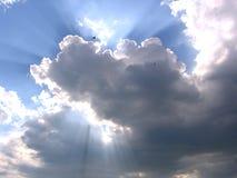 Nuvola di tempesta contro il cielo blu con la siluetta di un uccello e di una luce solare fotografie stock