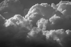 Nuvola di tempesta scura e minacciosa che cresce nell'oscurità Immagine Stock