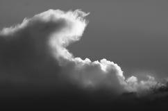 Nuvola di tempesta scura e minacciosa che emette luce nell'oscurità Fotografia Stock