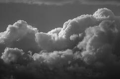 Nuvola di tempesta scura e minacciosa che emette luce nell'oscurità Fotografie Stock