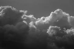 Nuvola di tempesta scura e minacciosa che emette luce nell'oscurità Immagine Stock