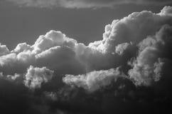 Nuvola di tempesta scura e minacciosa che emette luce nell'oscurità Immagini Stock
