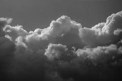 Nuvola di tempesta scura e minacciosa che emette luce nell'oscurità Fotografia Stock Libera da Diritti