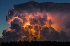 Nuvola di temporale nelle prime ore del mattino, di estate prima dei sunris immagine stock