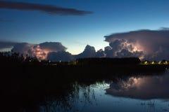 Nuvola di temporale nelle prime ore del mattino, di estate prima dei sunris immagini stock
