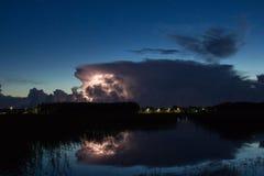 Nuvola di temporale nelle prime ore del mattino, di estate prima dei sunris fotografie stock