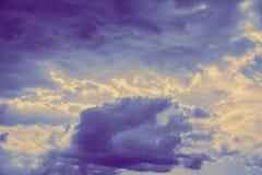 Nuvola drammatica del cielo per fondo, meteorologia tempestosa e nuvolosa scura fotografia stock libera da diritti