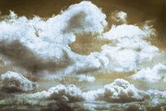 Nuvola e cielo blu su vecchia struttura graffiata del metallo Immagini Stock Libere da Diritti