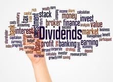 Nuvola e mano di parola di dividendi con il concetto dell'indicatore immagini stock libere da diritti