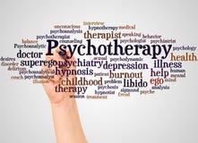 Nuvola e mano di parola di psicoterapia con il concetto dell'indicatore fotografie stock