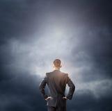 Nuvola ed uomo d'affari che esaminano spazio vuoto Fotografia Stock