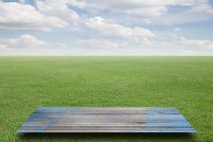 Nuvola fresca del cielo dell'erba verde della molla e fondo di legno del pavimento Fotografia Stock Libera da Diritti