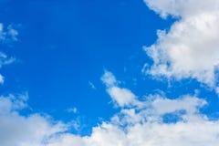 Nuvola lanuginosa contro il fondo del cielo blu Fotografia Stock Libera da Diritti