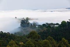 Nuvola Misty Valley Hills Farmland fotografia stock libera da diritti