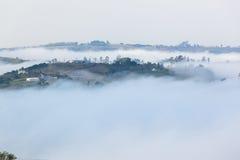 Nuvola Misty Valley Hills Farmland immagini stock libere da diritti