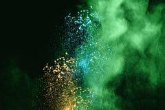Nuvola multicolore della spruzzata della polvere isolata su fondo nero Fotografie Stock
