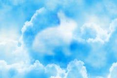 Nuvola operata del coniglio nei precedenti del cielo immagini stock libere da diritti