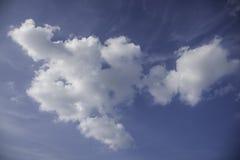 Nuvola piacevole in cielo blu Immagine Stock