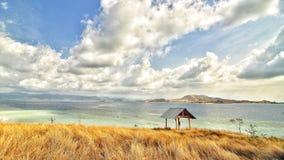 Nuvola pulita del cielo del riparo solo dell'Indonesia della spiaggia Fotografia Stock Libera da Diritti