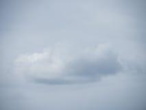 Nuvola sola prima di un cielo nuvoloso Fotografia Stock