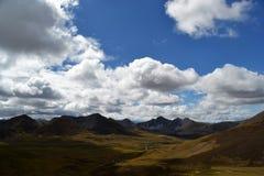 Nuvola soleggiata della catena montuosa Immagini Stock Libere da Diritti
