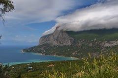 Nuvola sopra una montagna Immagini Stock