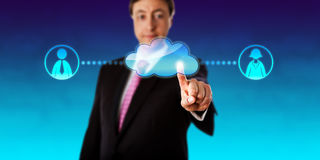 Nuvola sorridente di Contacting Workers Via dell'uomo d'affari fotografie stock