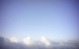 Nuvola sotto il cielo blu fotografie stock libere da diritti