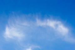 Nuvola su cielo blu Fotografie Stock