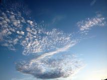 Nuvola sul cielo e sui precedenti di bellezza fotografie stock libere da diritti