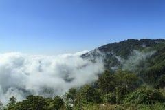 Nuvola sulla montagna Fotografie Stock Libere da Diritti