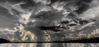 Nuvola temporalesca contro il fascio del sole Fotografie Stock
