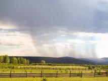 Nuvola temporalesca, da cui vicino sta piovendo Fotografia Stock