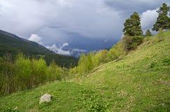 Nuvola temporalesca nelle montagne. Fotografia Stock