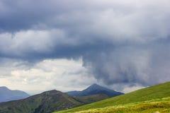 Nuvola temporalesca sopra la cresta della montagna nelle montagne carpatiche fotografia stock