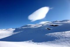 Nuvola variopinta sopra la montagna della neve delle alpi vicino al Cervino, zermatt Immagini Stock Libere da Diritti