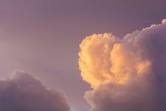 Nuvole accese giallo porpora rosa ad alba Fotografia Stock