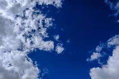 Nuvole ad alta altitudine vedute durante l'estate, contro un fondo blu, prima di una tempesta Immagini Stock Libere da Diritti
