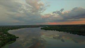 Nuvole aeree del metraggio sul cielo al tramonto Priorità bassa della natura video d archivio