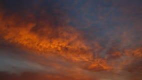 Nuvole arancio della primavera sul cielo all'alba per fondo Immagine Stock