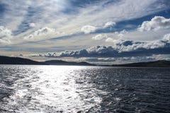 Nuvole assolutamente sbalorditive e vista del mare fotografia stock