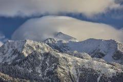 Nuvole basse sul picco solo Immagine Stock Libera da Diritti