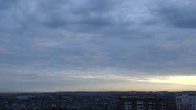 Nuvole bianche che investono città, cloudscape di primo mattino Timelaps stock footage
