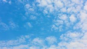 Nuvole bianche che si muovono attraverso il cielo blu - timelapse stock footage