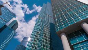 Nuvole bianche che sorvolano la città di Mosca dei grattacieli stock footage