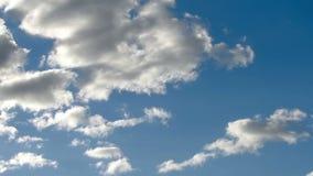 Nuvole bianche che spazzano il cielo stock footage