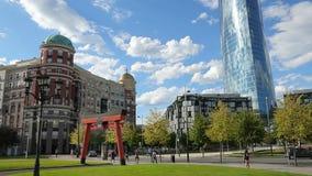 Nuvole bianche che volano in cielo blu sopra il centro di affari moderno, parco verde della città video d archivio
