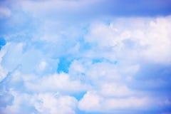 Nuvole bianche con il fondo 171018 0166 del cielo blu Immagini Stock